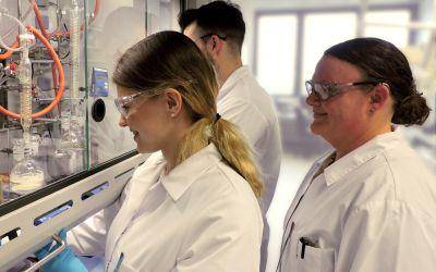 Taros bildet seine eigenen Chemielaboranten in Kooperation mit der TU Dortmund aus